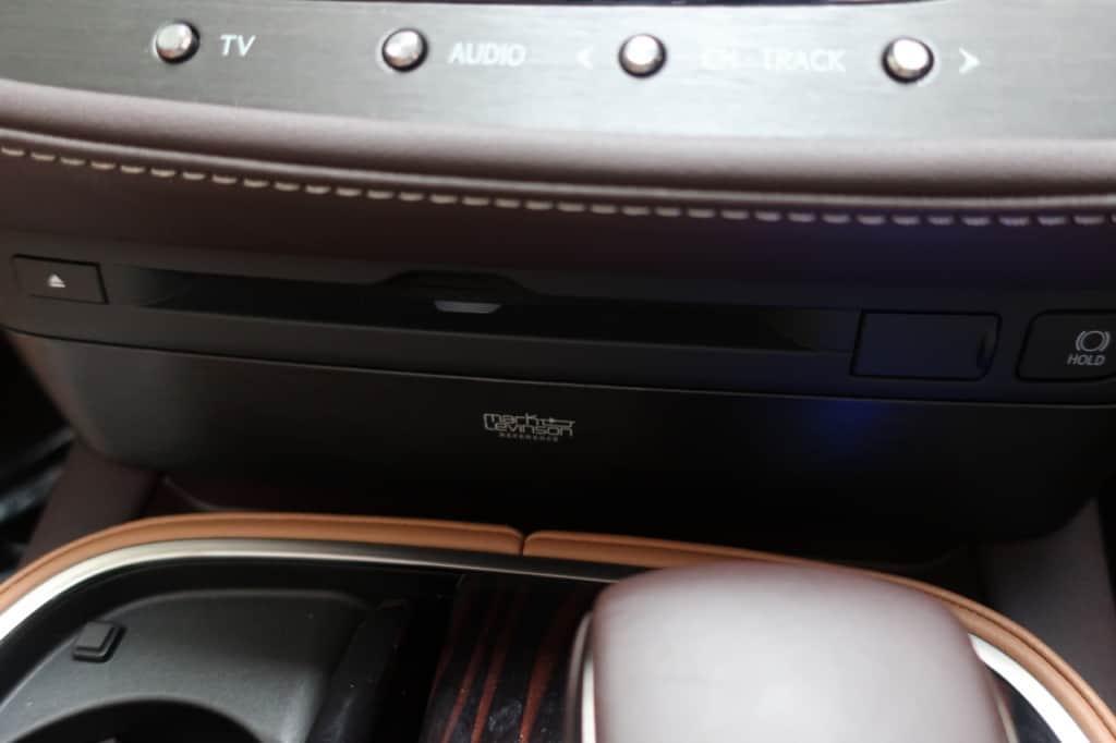 レクサスLSのディスク挿入口とブレーキホールドスイッチ