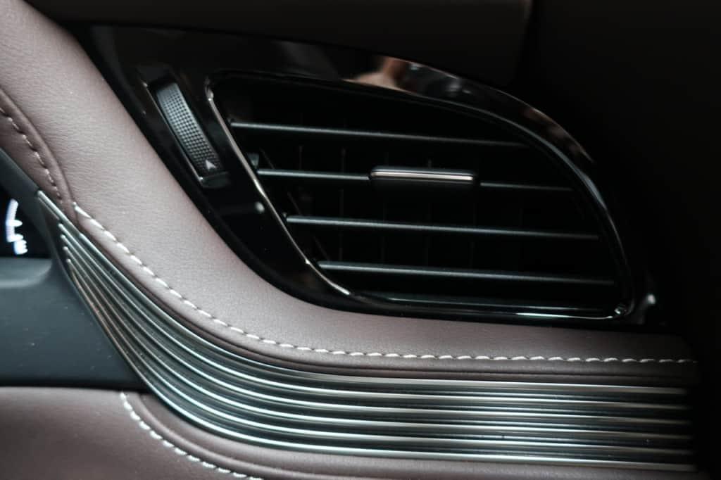 レクサスLSの運転席窓側のエアコン吹き出し口