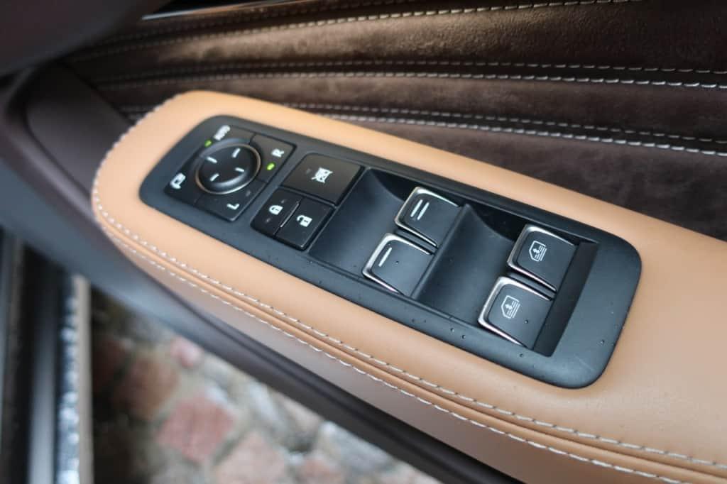 レクサスLSの運転席ドアのドアロック、パワーウィンドウスイッチ