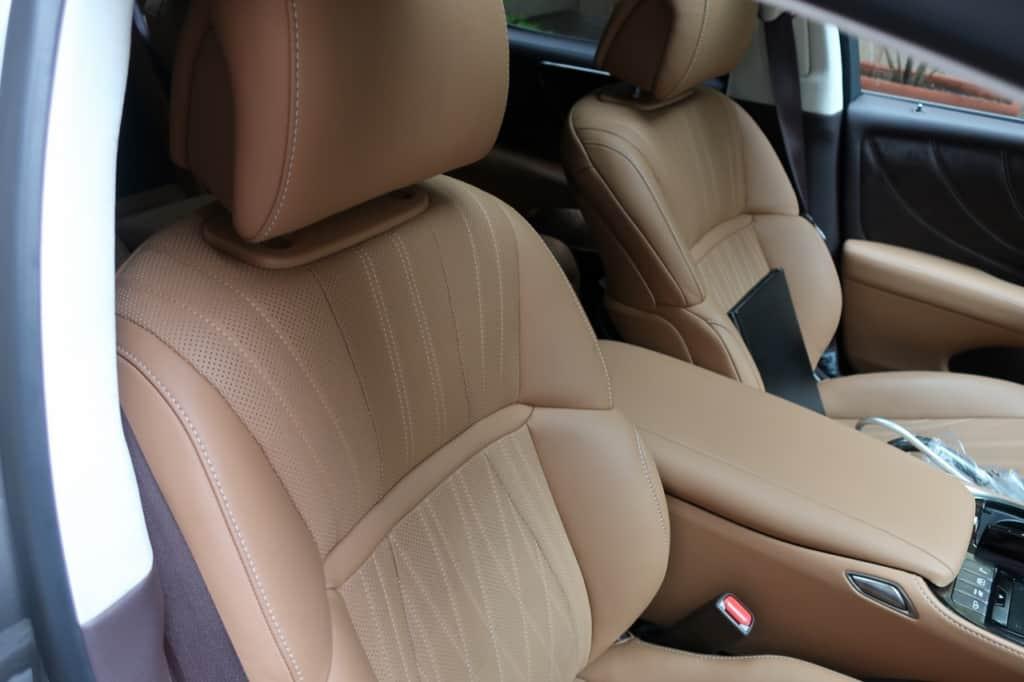 レクサスLSの運転席ドア側から見た前部座席
