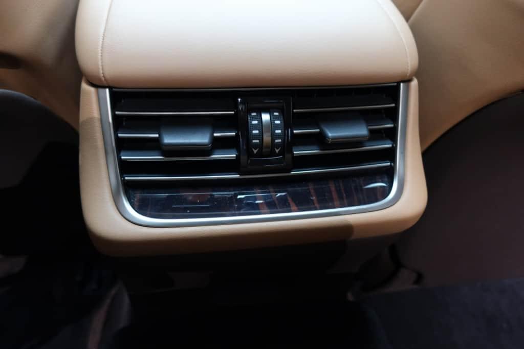レクサスLSの後部座席用のエアコン吹き出し口
