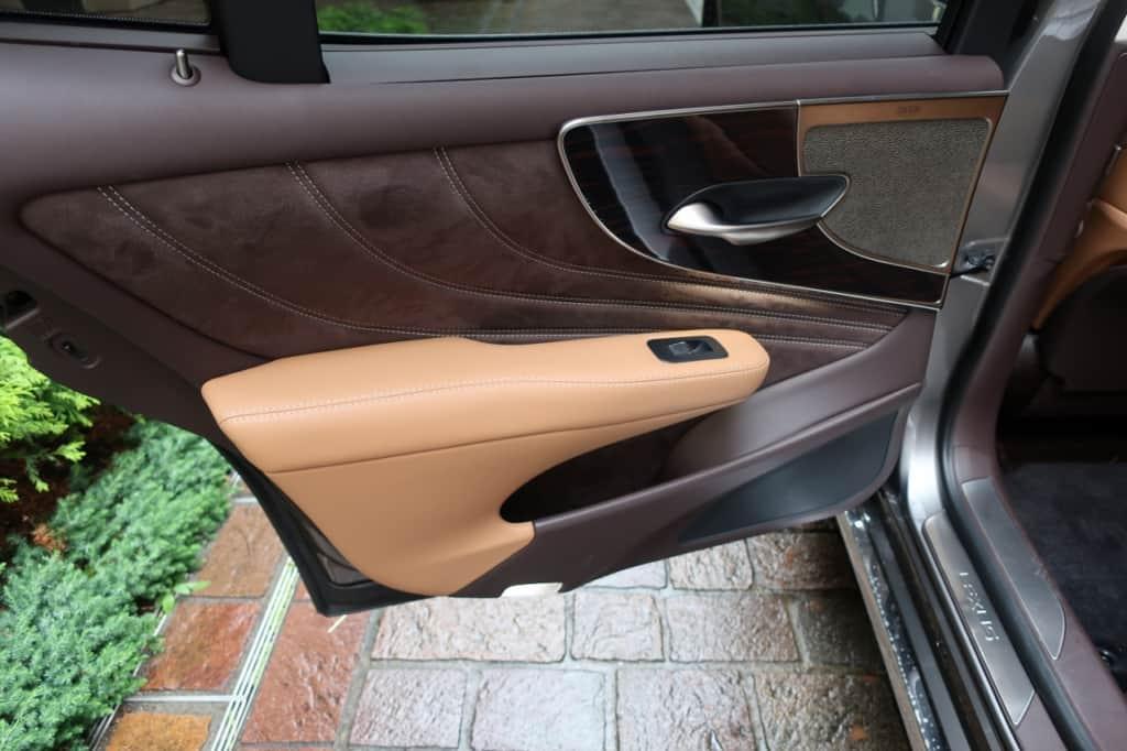レクサスLSの後部座席のドアトリム