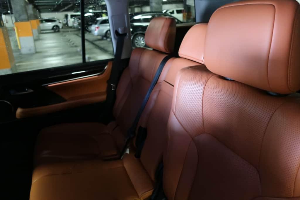 レクサスLXの後部ドア側から見た後部座席の全体