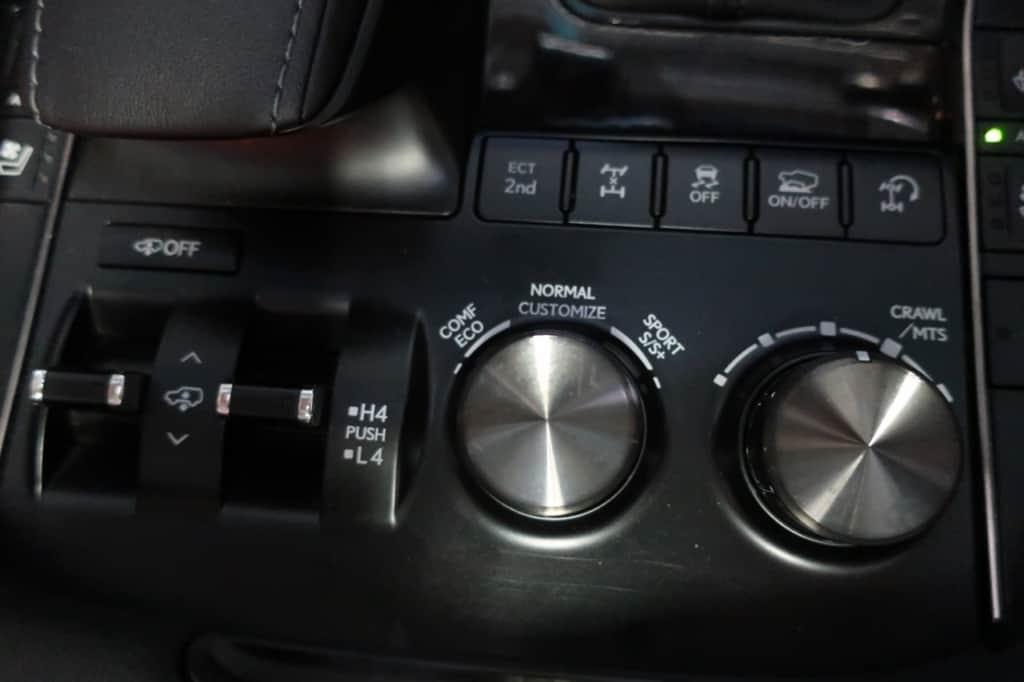 レクサスLXの車高制御、ドライブモード切り替え、クロールコントロール機能の車速切り替えスイッチ