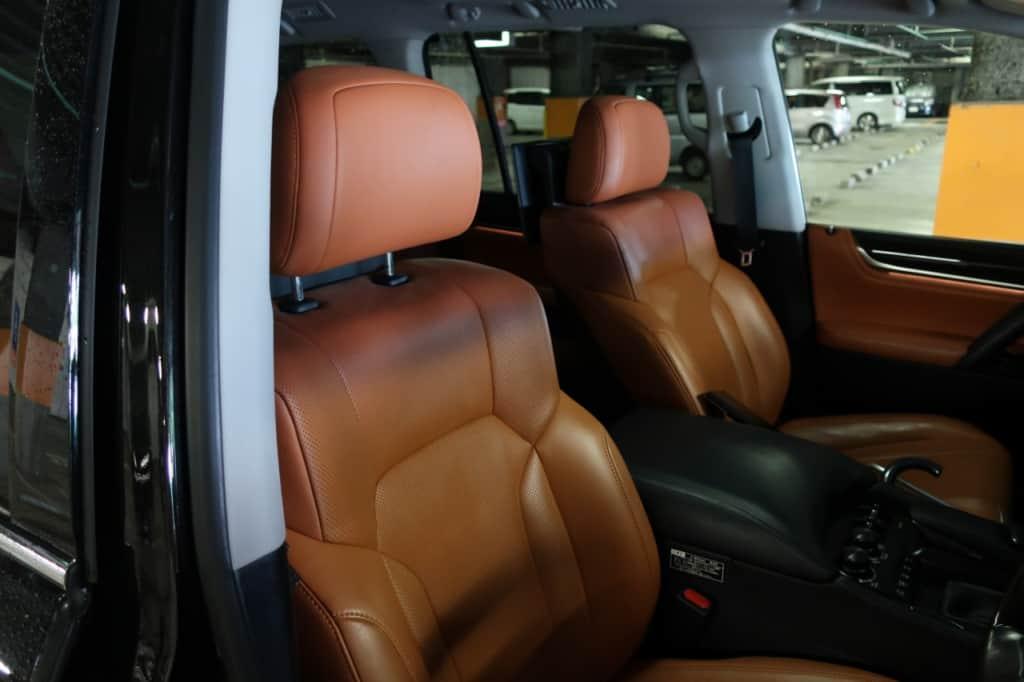 レクサスLXの運転席ドア側から見た前部座席