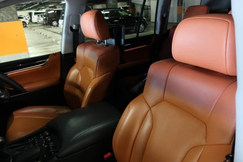 レクサスLXの助手席ドア側から見た前部座席