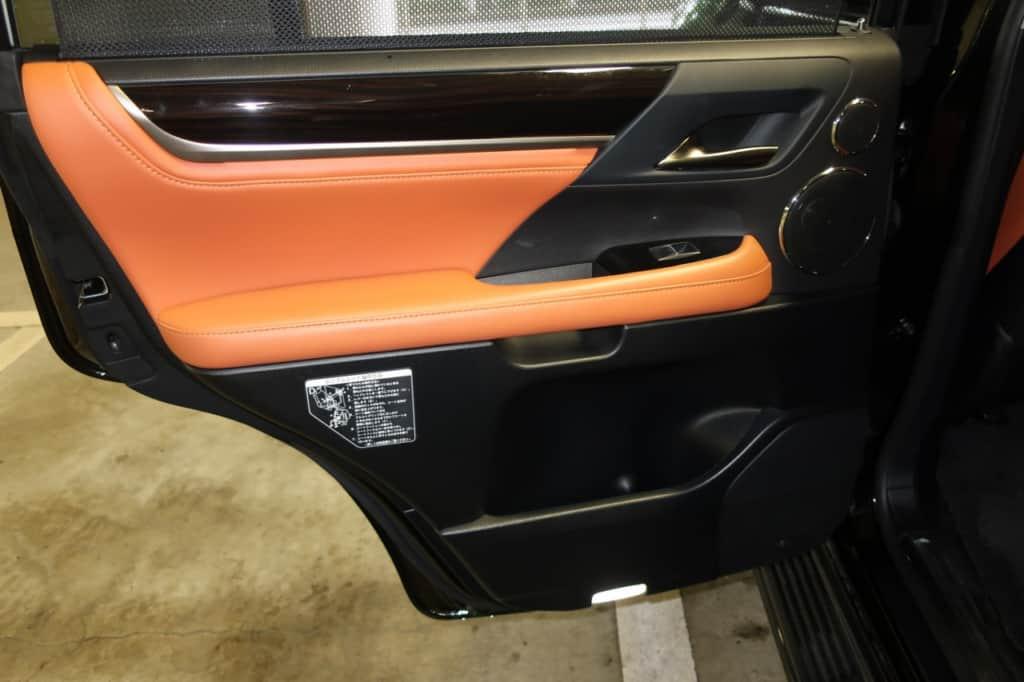 レクサスLXの後部座席のドアトリム