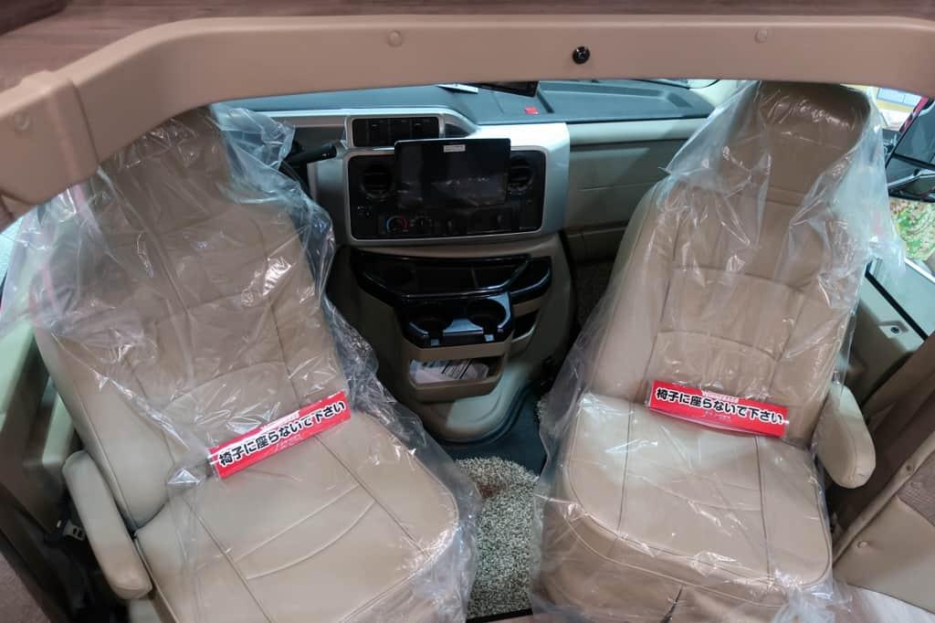 エコノライン ウィネベーゴアスペクトの運転席、助手席