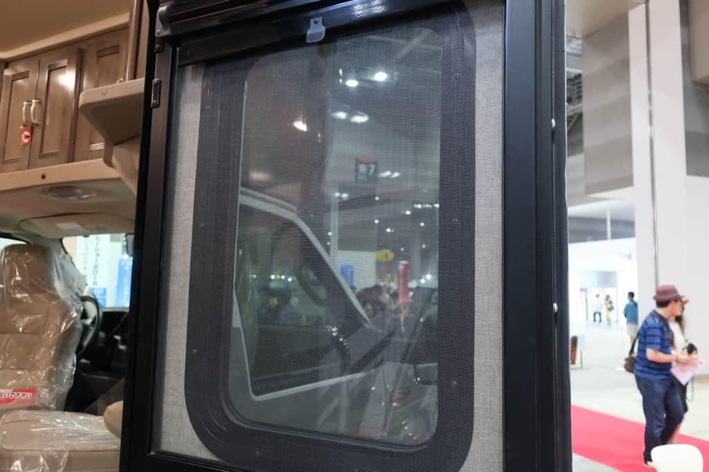 エコノライン ウィネベーゴアスペクトの窓