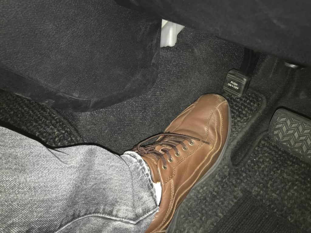シエンタの運転席足下