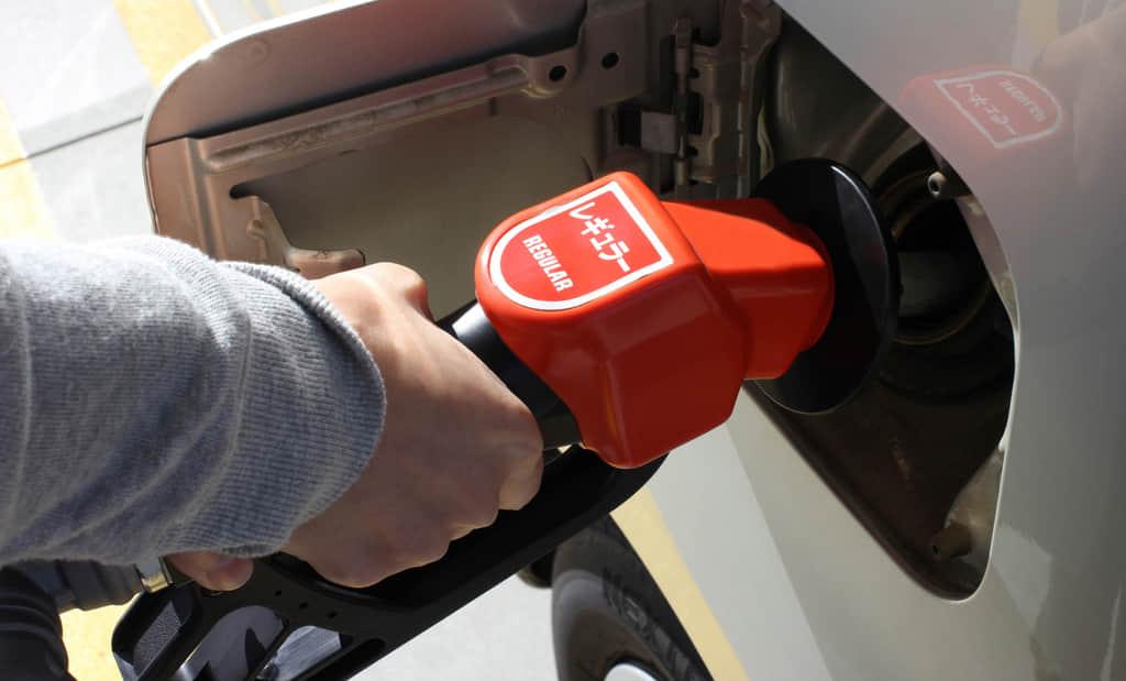 レギュラーガソリンを給油