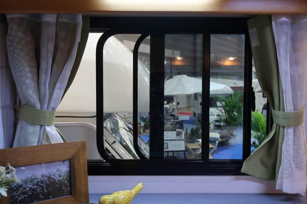 ボンゴ アミティ 窓