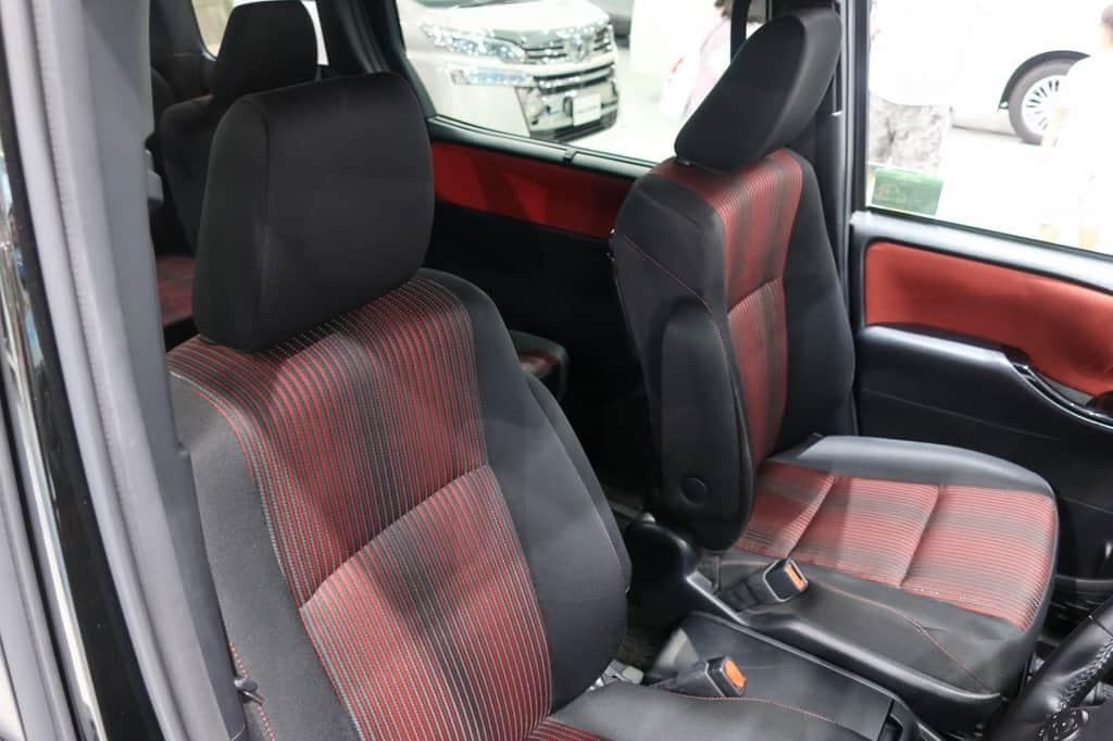 ヴォクシー 運転席から見た前部座席