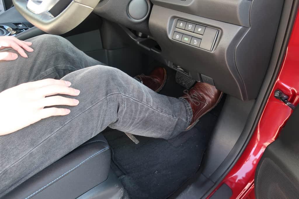 リーフ 運転席足元