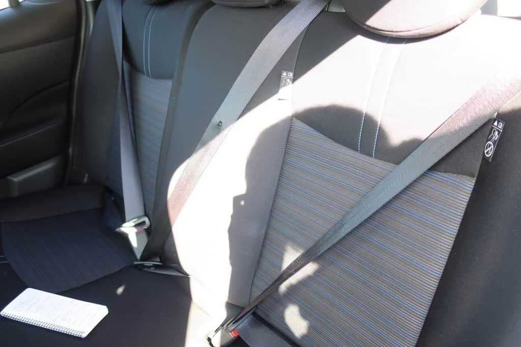 リーフ 後部座席シートベルト